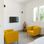 A small sitting area with flatscreen TV